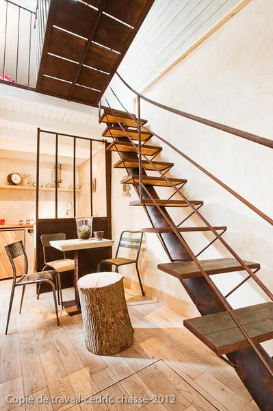 l'escalier en forme de colonne vertébrale de la cabane