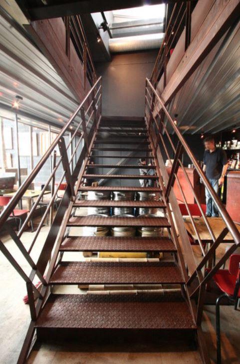 L'escalier PMR principal du bar