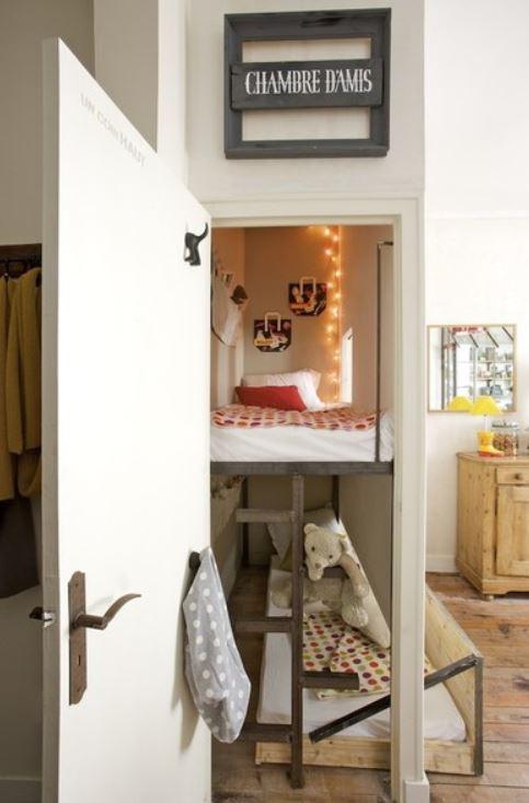Gîte urbain / 2 lits dans un placard design by Frédéric TABARY