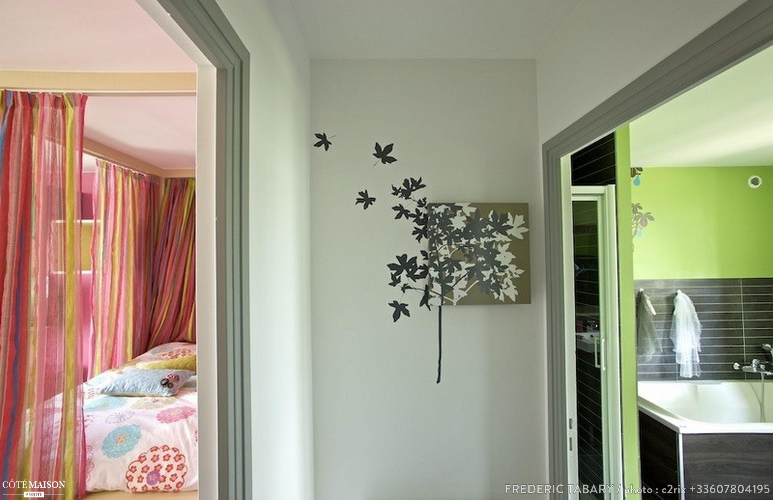 La chambre de la petite fille, et sur la droite, la salle de bain des enfants