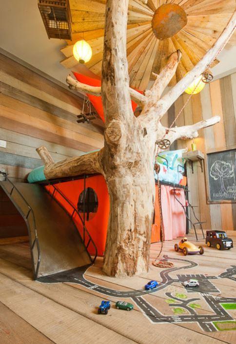 La cabane dans les arbres pour le petit garçon.