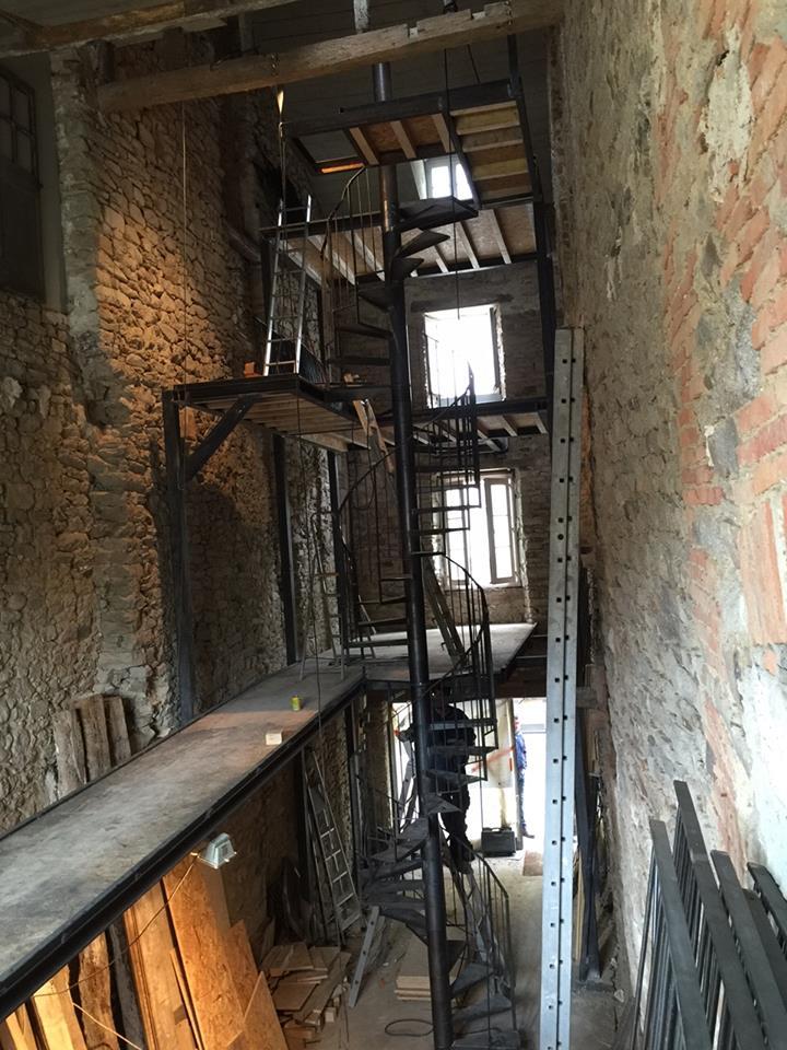 La boutique pendant le chantier : pose de l'escalier et des sructures en acier