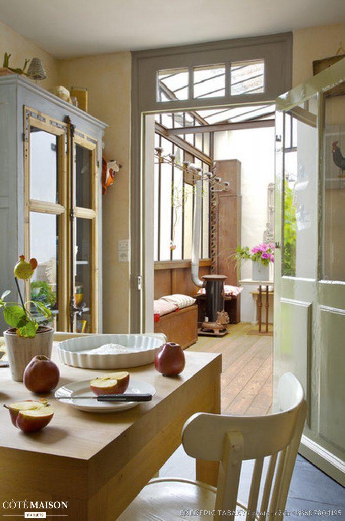 vue de la cuisine : la verrière est un espace clos.