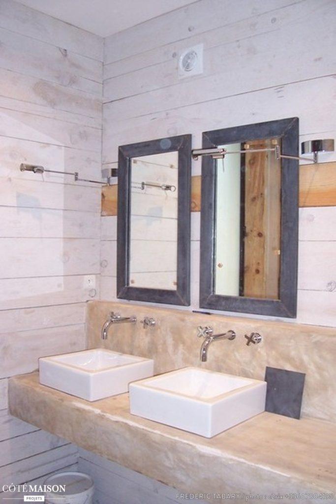 Le plan de travail et les miroirs du meuble vasques
