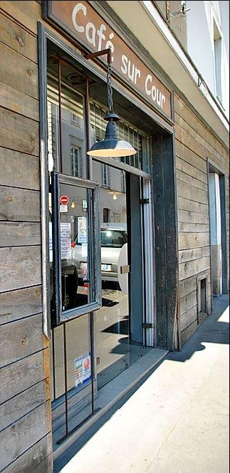 la façade du restaurant en bois