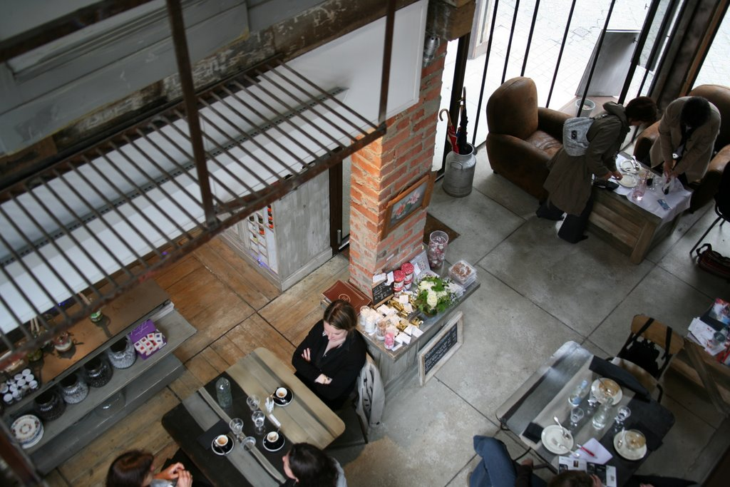 la salle du restaurant vue de la cuisine