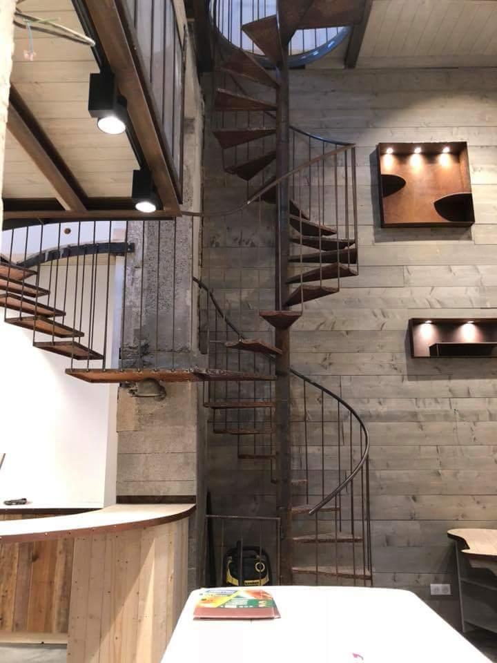 Un escalier qui se divie.