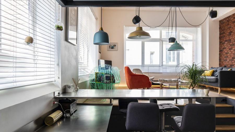 Le salon du loft vu e la cuisine
